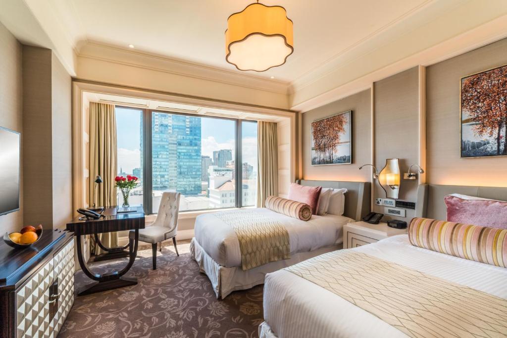 Phòng deluxe giường đôi Khách Sạn Caravelle Sài Gòn
