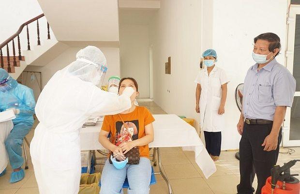 Nhân viên y tế được trang bị bảo hộ cá nhân tiến hành lấy mẫu xét nghiệm dịch từ mũi